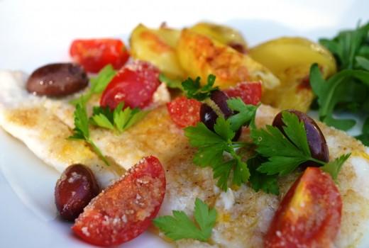 Rödspätta med oliver och tomater